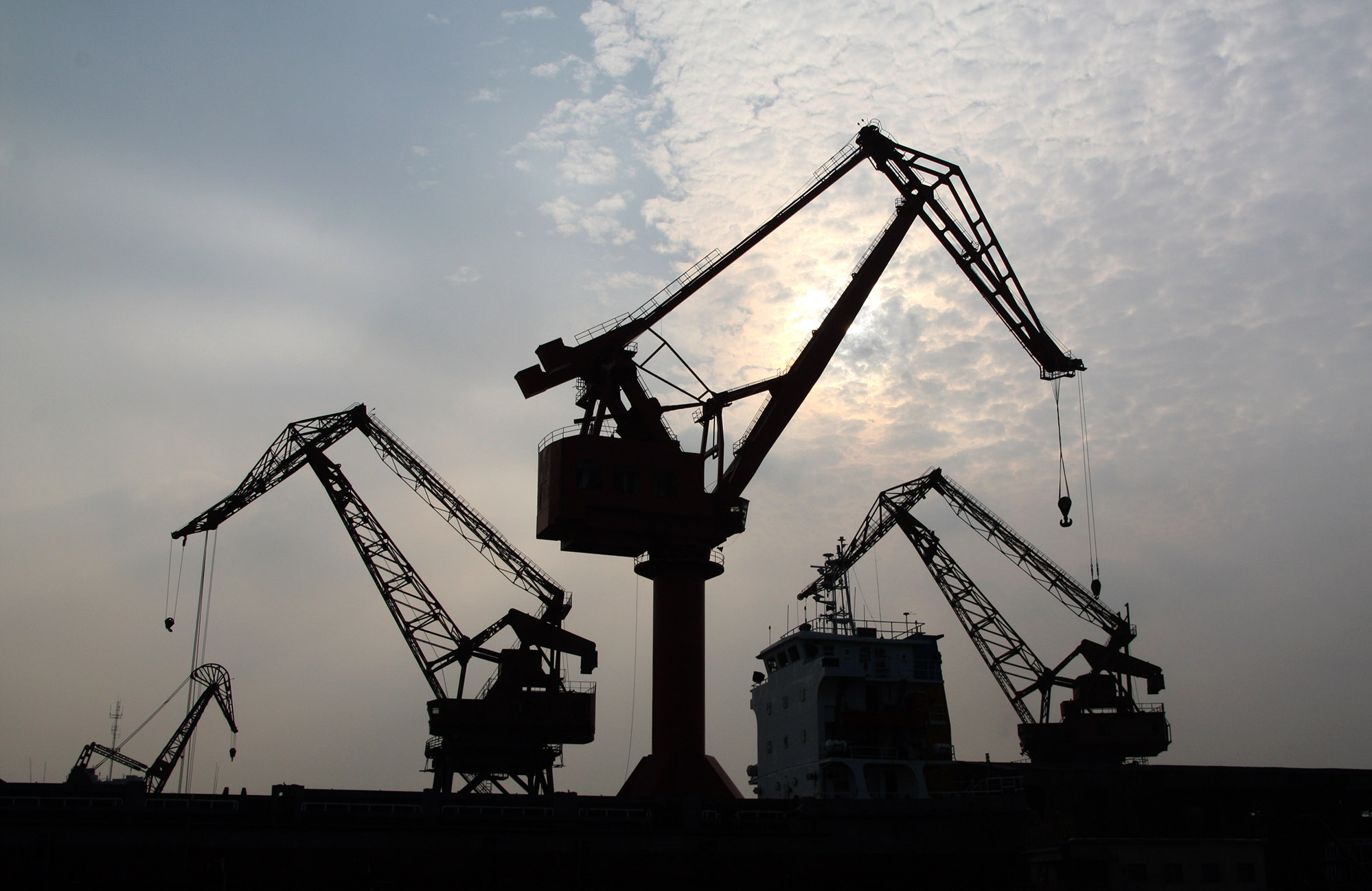 Boat_Crane_1.jpg - Shanghai's harbour is one of the largest  in the world...