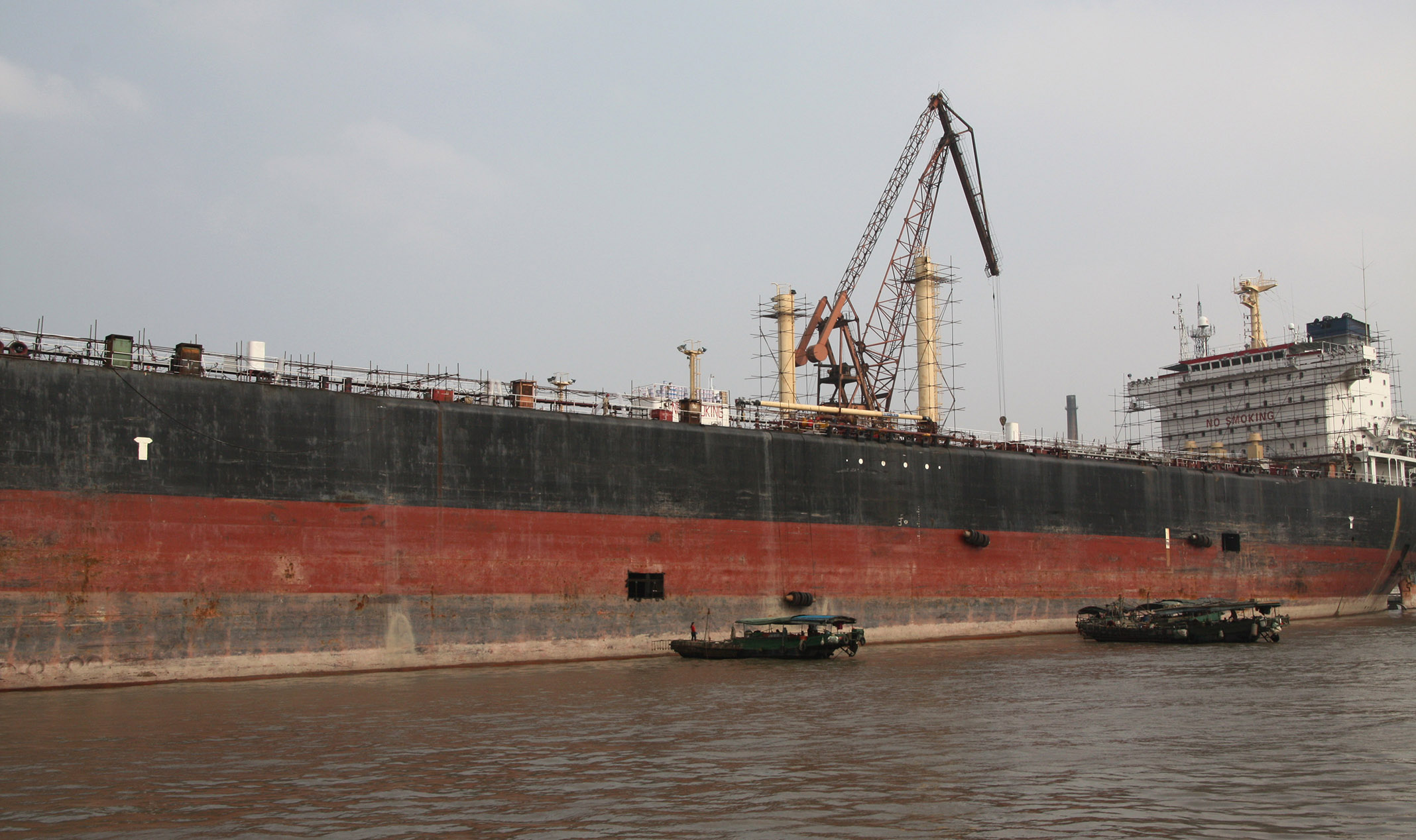 Boat_Other_Boats_03.jpg - Harbour: A tanker is being repared... This boats are huge!